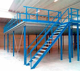 мезонин на колоннах (фотография со стороны лестницы)